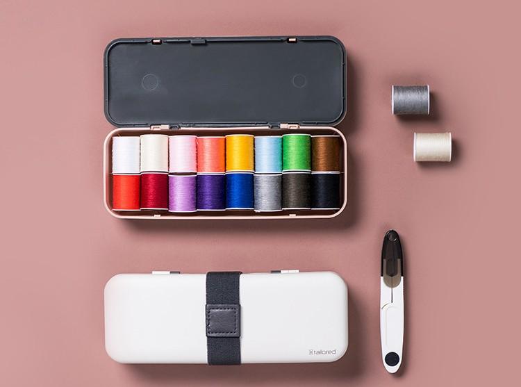 Швейный набор в футляре Sewing Kit: 16 катушек нити, набор игл, нитенаправитель, наперсток, ножницы
