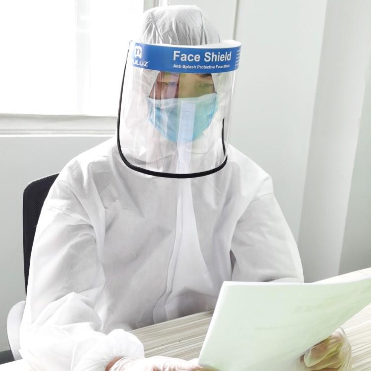Защитный комплект врача-инфекциониста: защитный костюм + защитный экран пластиковый 251952